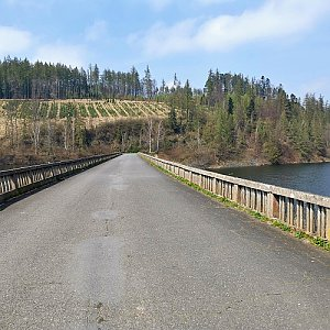 S Ondrou okolo přehrad přes okolní kopečky