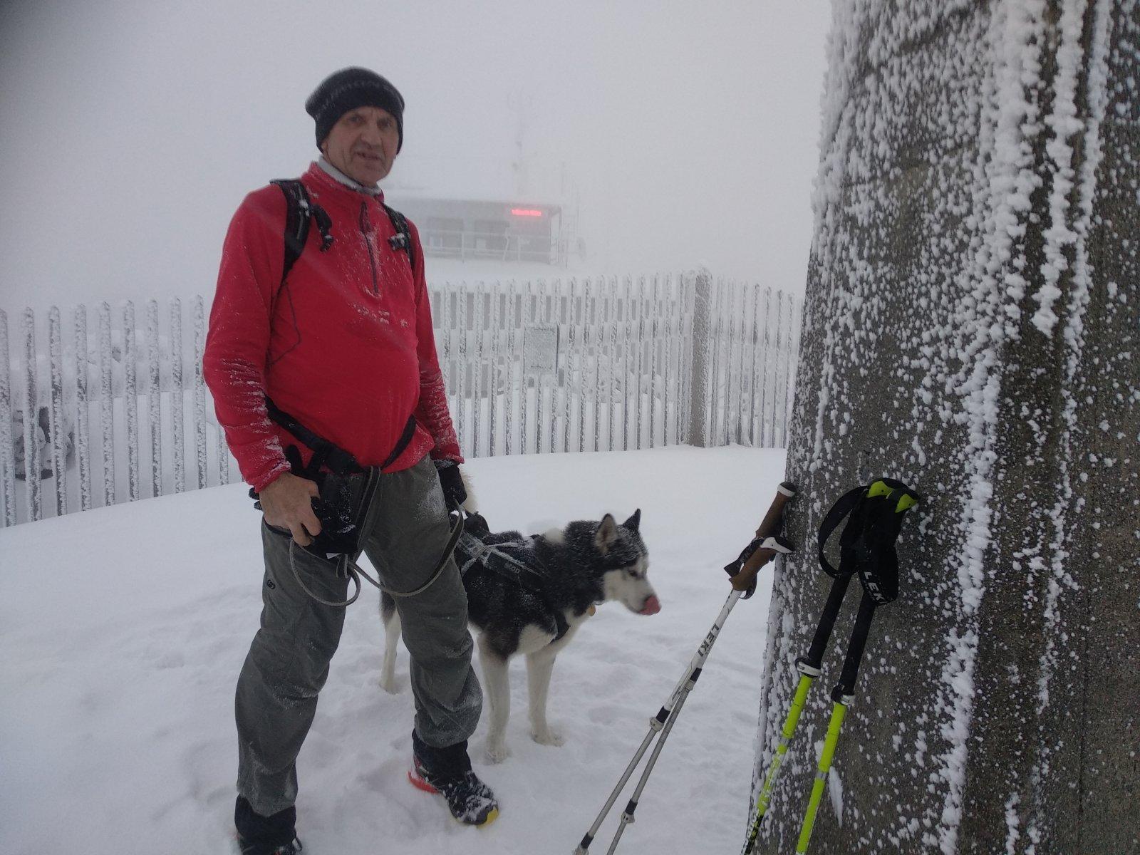 Joch a Dingo na vrcholu Lysá hora (25.12.2018 15:33)