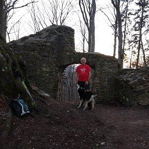 Joch a Dingo na vrcholu Hradisko - zřícenina hradu Rožnov (23.3.2019 18:04)