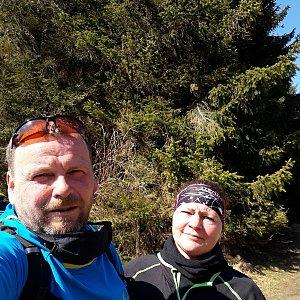 Martin a Jana Halamíčkovi na vrcholu Javorový vrch (12.4.2020 11:01)