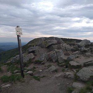 Eliška na vrcholu Harrachovy kameny (15.6.2021 19:00)