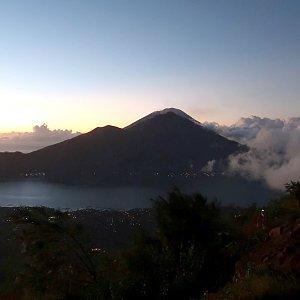 Vladimír Kučera na vrcholu Mount Batur (Gunung Batur) (21.5.2019 4:50)